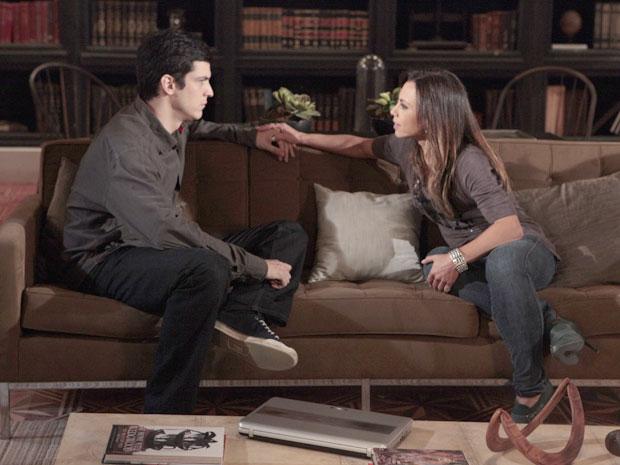 Amanda pega na mão de Ícaro ao fazê-lo desconfiar ainda mais de Naomi (Foto: Morde & Assopra/TV Globo)