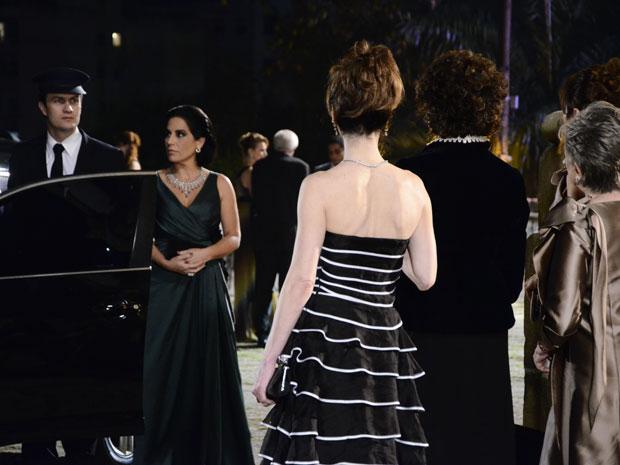 Léo chega ao casamento dirigindo o carro de Norma. Eunice, Tia Neném e Vitória observam, chocadas  (Foto: Insensato Coração / Tv Globo)