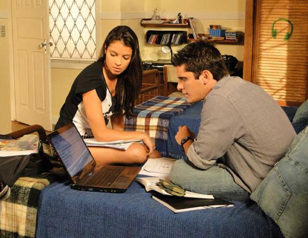 pedro e angela veem email (Foto: Malhação/ TV Globo)