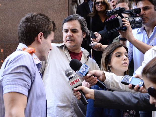 Manifestantes atacam Rafa e Kléber o defende (Foto: Insensato Coração / Tv Globo)