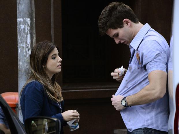 Cecília ajuda Rafa a se limpra e o estudante desabafa com a namorada (Foto: Insensato Coração / Tv Globo)