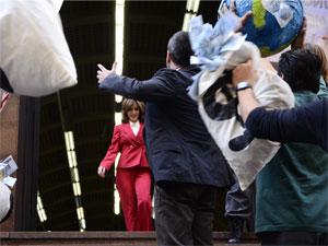 Eunice deixa o Tribunal vitoriosa (Foto: Insensato Coração / Tv Globo)