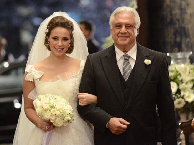 Raul entra com Mariana na igreja (Foto: Insensato Coração / Tv Globo)