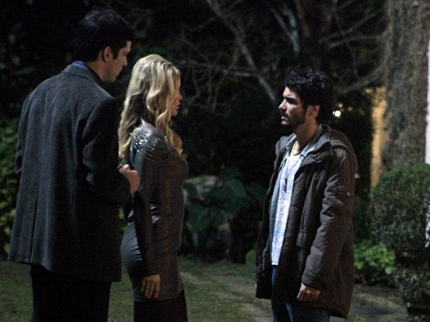 Naomi robô tenta se explicar para Leandro e pede para ele aceitá-la (Foto: Morde & Assopra / TV Globo)