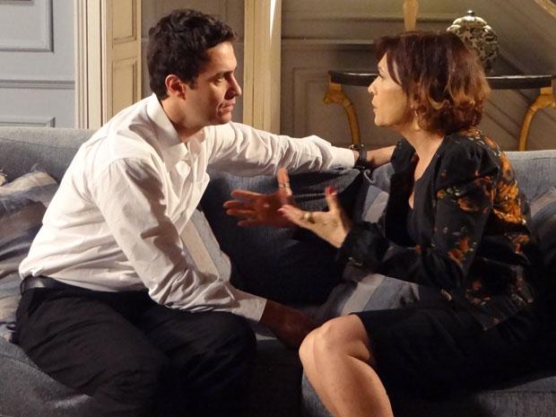 Wanda se preocupa com Léo, mas ele garante que está bem (Foto: Insensato Coração / Tv Globo)
