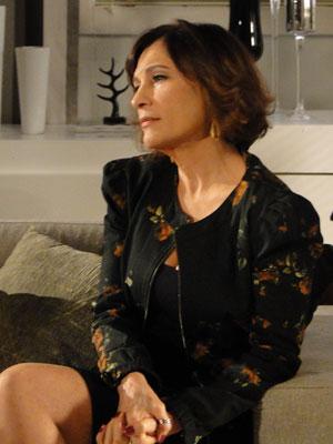 Wanda lança olhar furioso Eunice (Foto: Insensato Coração / Tv Globo)
