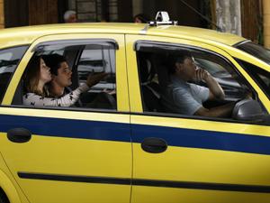 Catarina e Pedro no táxi  (Foto: Malhação / TV Globo)
