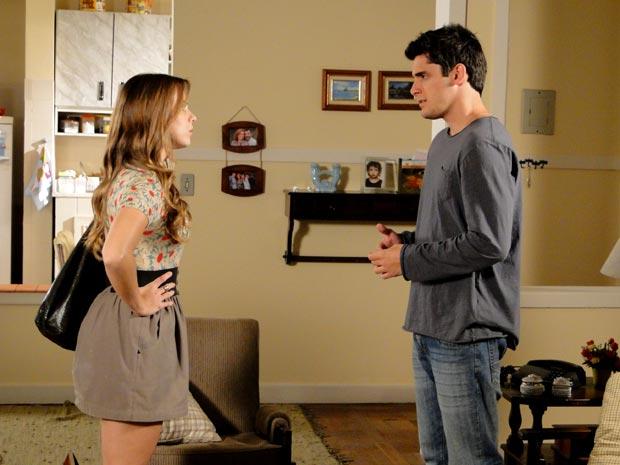 Catarina vai até a casa de Pedro para descobrir o que o DJ está escondendo (Foto: Malhação / TV Globo)