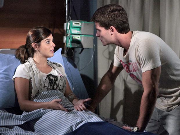 Cecília explica o que a médica lhe disse (Foto: Insensato Coração/TV Globo)