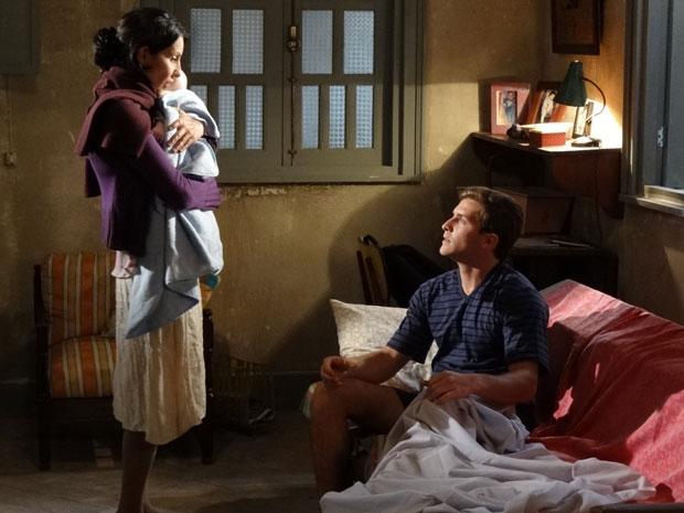 Dulce acorda Guilherme e manda ele levar o filho para o hospital (Foto: Morde & Assopra / TV Globo)