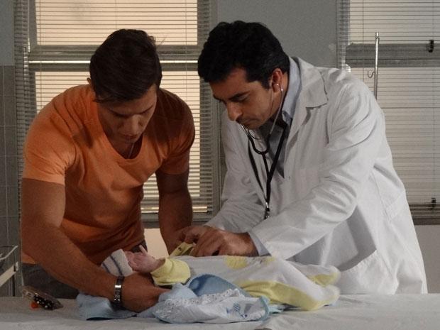 Guilherme faz questão de ficar ao lado do filho no hospital (Foto: Morde & Assopra / TV Globo)
