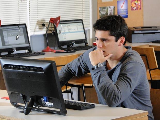 Pedro abre email  (Foto: Malhação / TV Globo)