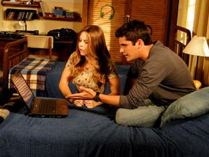 Os dois leem o email (Foto: Malhação / TV Globo)