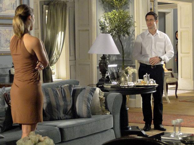 Léo e Marina ficam a sós, mas Norma ouve tudo sem ser vista (Foto: Insensato Coração/TV Globo)