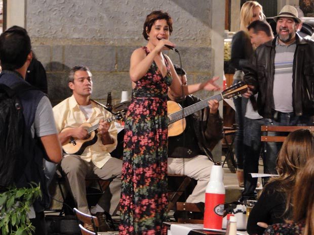 Soraya Ravenle anima a roda de samba (Foto: Insensato Coração / TV Globo)