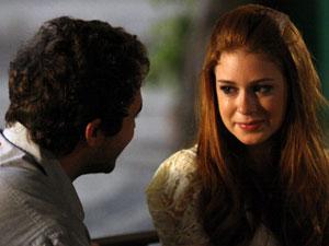 Alice fica confusa e Renato a elogia (Foto: Morde & Assopra / TV Globo)