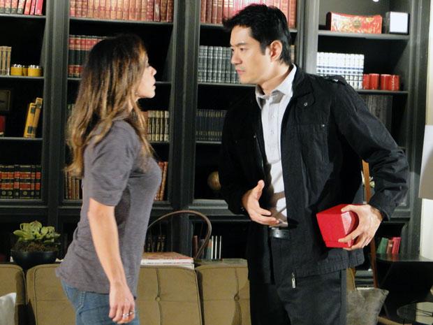 Amanda pede o coração da robô, mas Akira avisa que vai deixá-lo escondido (Foto: Morde & Assopra / TV Globo)