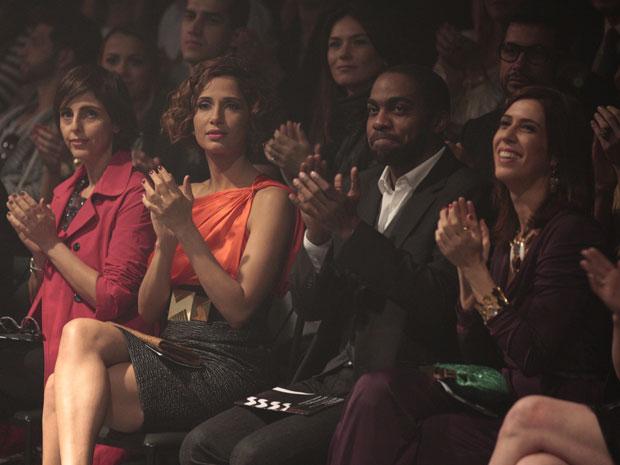 Famosos lotam a plateia, entre eles, André aplaude Leila (Foto: Insensato Coração / Tv Globo)