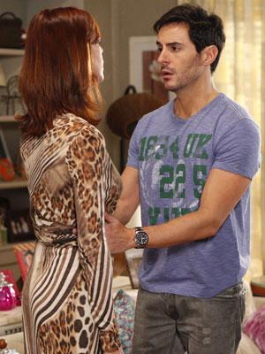 Douglas tenta acalmar Bibi, que está cheia de ciúmes (Foto: Insensato Coração / Tv Globo)