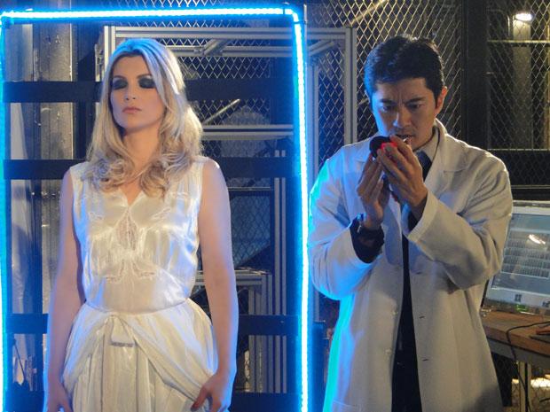 Akira retira o coração de rubi da robô (Foto: Morde & Assopra/TV Globo)