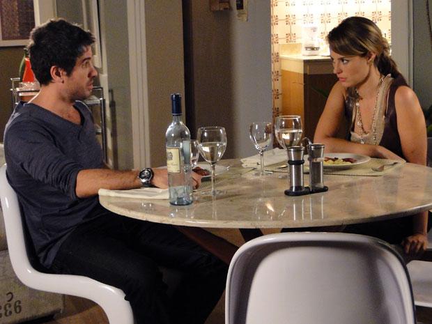 Marina fala sobre Norma a Pedro (Foto: Insensato Coração / Tv Globo)