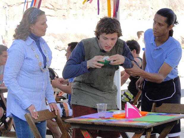 Xicão e Sueli chegam na hora que Gilvan cata restos nas mesas do quisoque (Foto: Insensato Coração / Tv Globo)