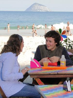 Gilvan é só sorrisos quando Sueli oferece trabalho a ele (Foto: Insensato Coração / Tv Globo)