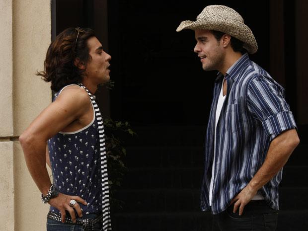 Áureo tenta abrir o coração para Josué (Foto: Morde & Assopra / TV Globo)
