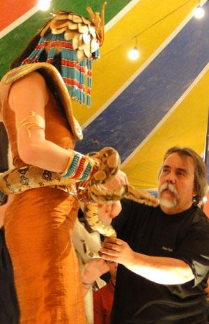 O adestrador Carlos França ajuda Bárbara Paz (Foto: Morde & Assopra / TV Globo)
