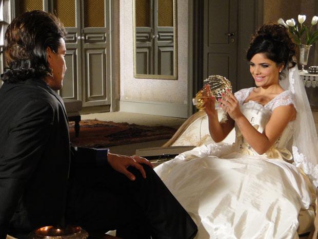 Celeste admira a tiara sem imaginar que é de Naomi (Foto: Morde & Assopra / TV Globo)