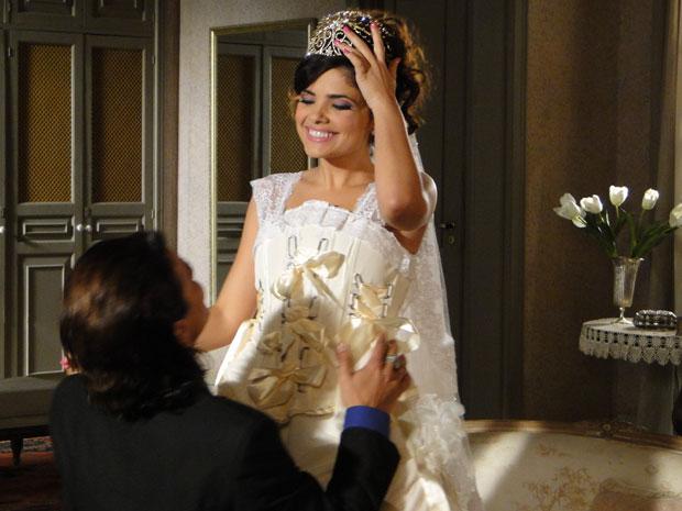 Celeste engana Salomé e usa tiara preciosa no casamento (Foto: Morde & Assopra / TV Globo)