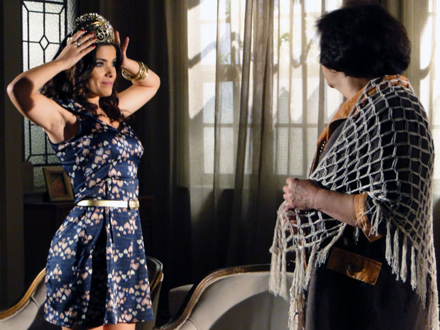 Celeste adora tiara e pede para usá-la no casamento (Foto: Morde & Assopra / TV Globo)