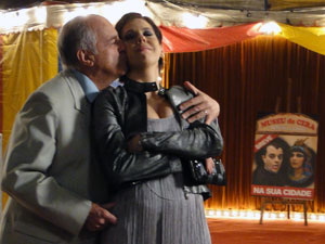 Isaías atrai Virgínia para o museu de cera (Foto: Morde & Assopra / TV Globo)