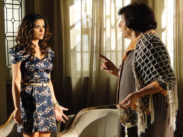 Salomé proíbe Celeste de usar a tiara (Foto: Morde & Assopra / TV Globo)