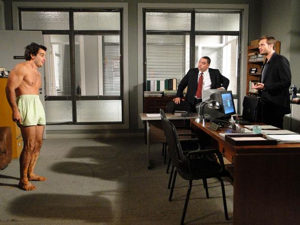 Wilson fica surpreso ao ver Xavier de cueca na delegacia (Foto: Morde & Assopra/TV Globo)