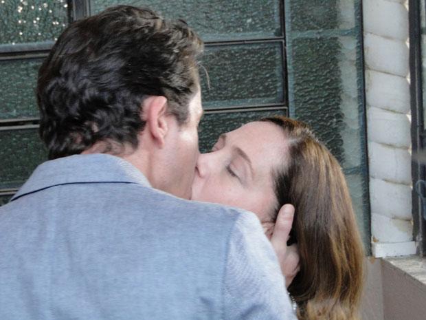 Beto se declara a Daisy e os dois se beijam (Foto: Insensato Coração / Tv Globo)
