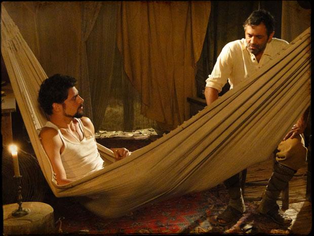 Herculano incentiva seu filho a dar uma chance para Doralice (Foto: Cordel Encantado/Tv Globo)