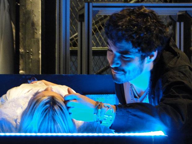 Leandro chora ao rever a amada Naomi robô (Foto: Morde & Assopra / TV Globo)