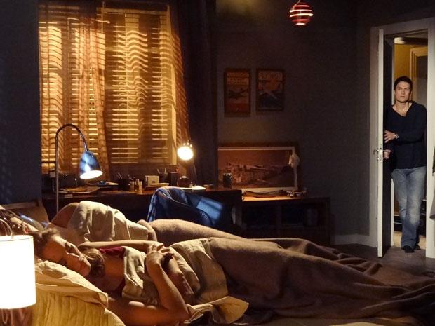 Pedro e Marina dormem quando Léo invade o apartamento (Foto: Insensato Coração / Tv Globo)
