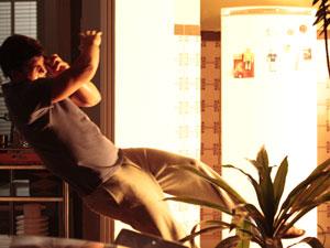 Com a explosão, Pedro é lançado para longe (Foto: Insensato Coração / Tv Globo)