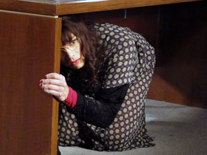 Elaine se esconde embaixo da mesa (Foto: Morde & Assopra / TV Globo)