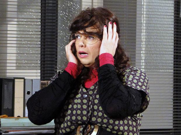 Elaine fica sem graça ao ser descoberta com a peruca torta (Foto: Morde & Assopra / TV Globo)
