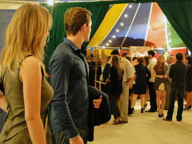 Guilherme também não se conforma ao ver Alice com Renato (Foto: Morde & Assopra / TV Globo)