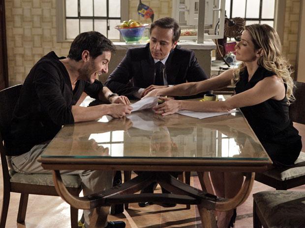 Natalie dá seus pitacos no contrato de Douglas e Bibi (Foto: Insensato Coração/TV Globo)