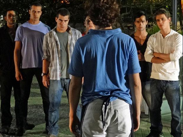 Vinícius e sua gangue cercam Gilvan (Foto: Insensato Coração/TV Globo)
