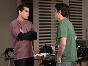Vinícius assusta Lucas com sua raiva (Foto: Insensato Coração/TV Globo)