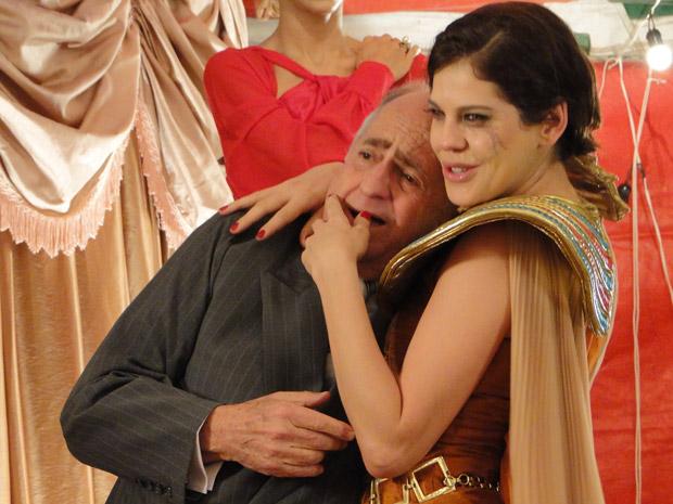 Após escandalo e muito choro, Isaías cede e aceita se casar com Virgínia (Foto: Morde&Assopra/TVGlobo)