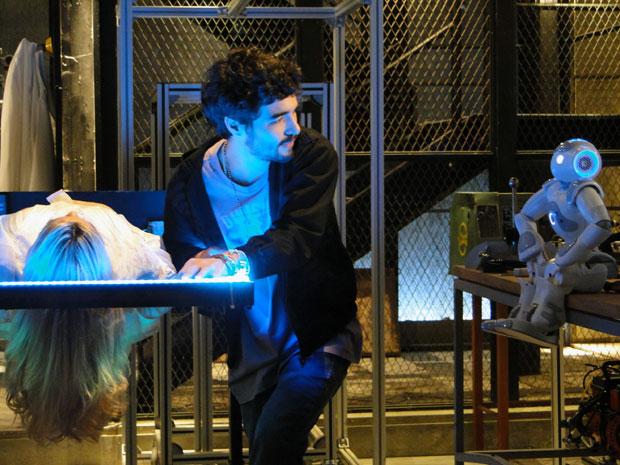 Zariguim promete ajudar Leandro a fugir com a Naomi robô (Foto: Morde & Assopra / TV Globo)