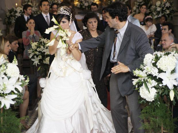 Celeste é presa durante casamento com Abner (Foto: Morde&Assopra/TVGlobo)