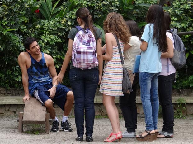 Douglas com suas fãs (Foto: Insensato Coração / TV Globo)